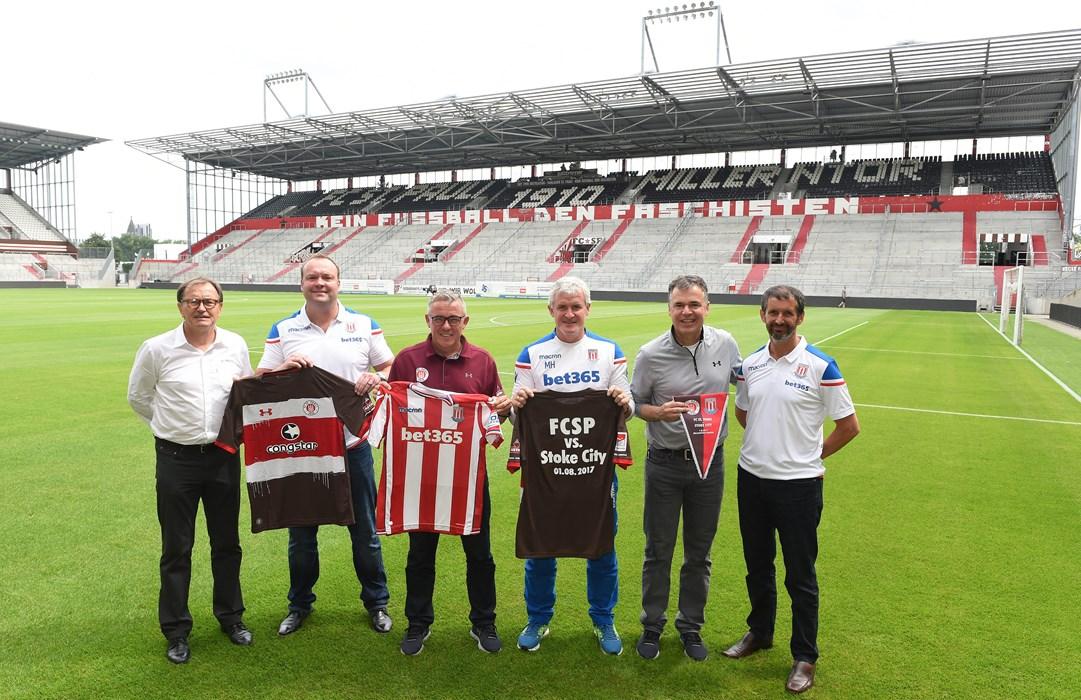 V.l.n.r.: Die beiden Technischen Direktoren Ewald Lienen und Mark Cartwright, die beiden Cheftrainer Olaf Janßen und Mark Hughes sowie Andreas Rettig (kaufmännischer Geschäftsleiter) und Tony Scholes (CEO).