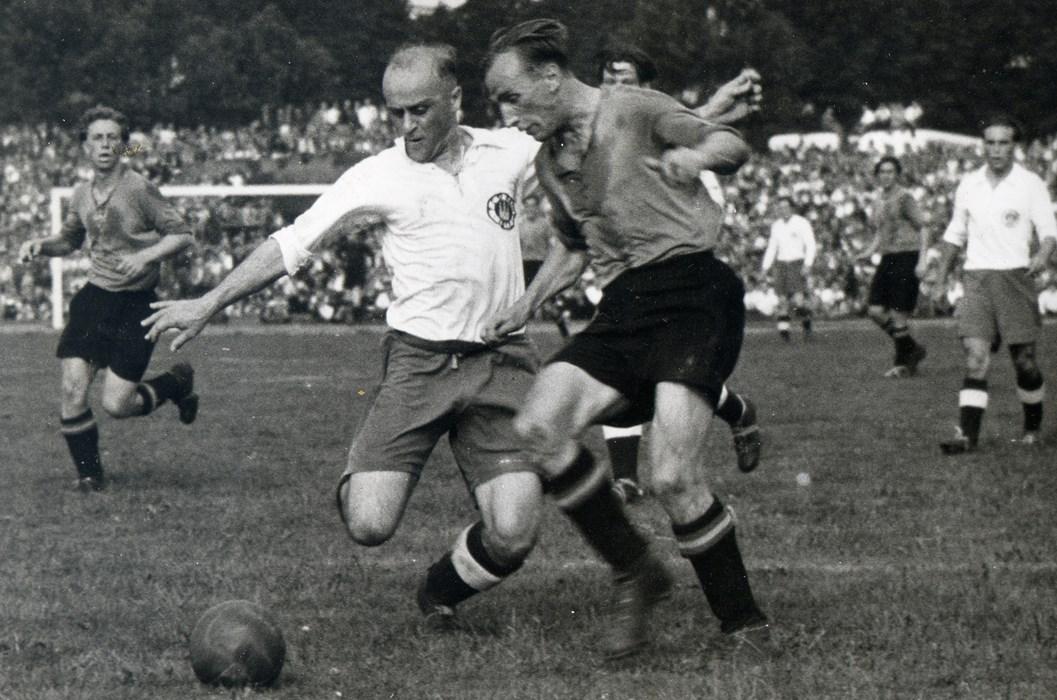 Hänschen Appel im Zweikampf während des Halbfinales 1948. Am rechten Bildrand: Harald Stender.