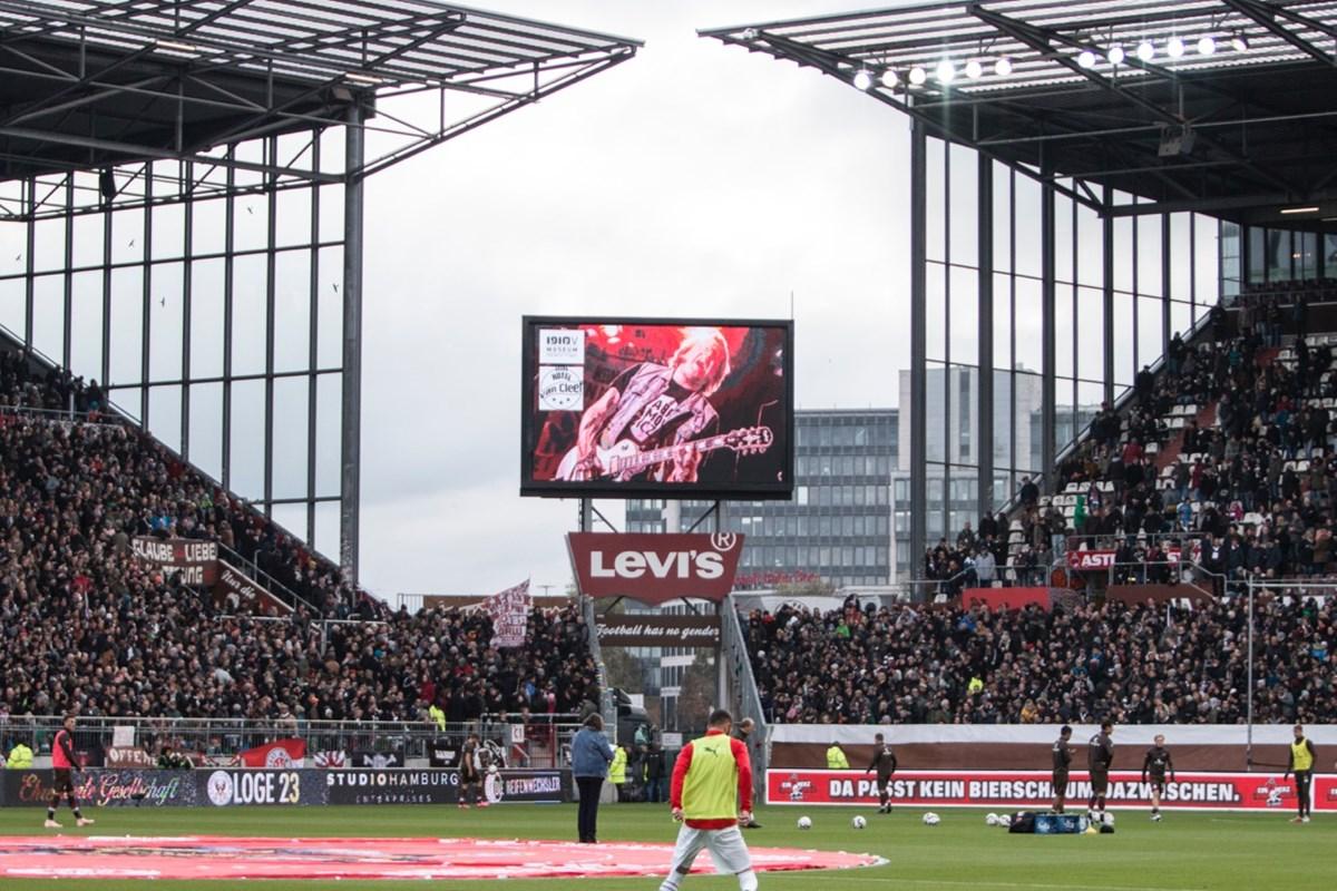 Ankündigung des Weinbar-Konzerts mit Grillmaster Flash beim Heimspiel gegen Holstein Kiel.