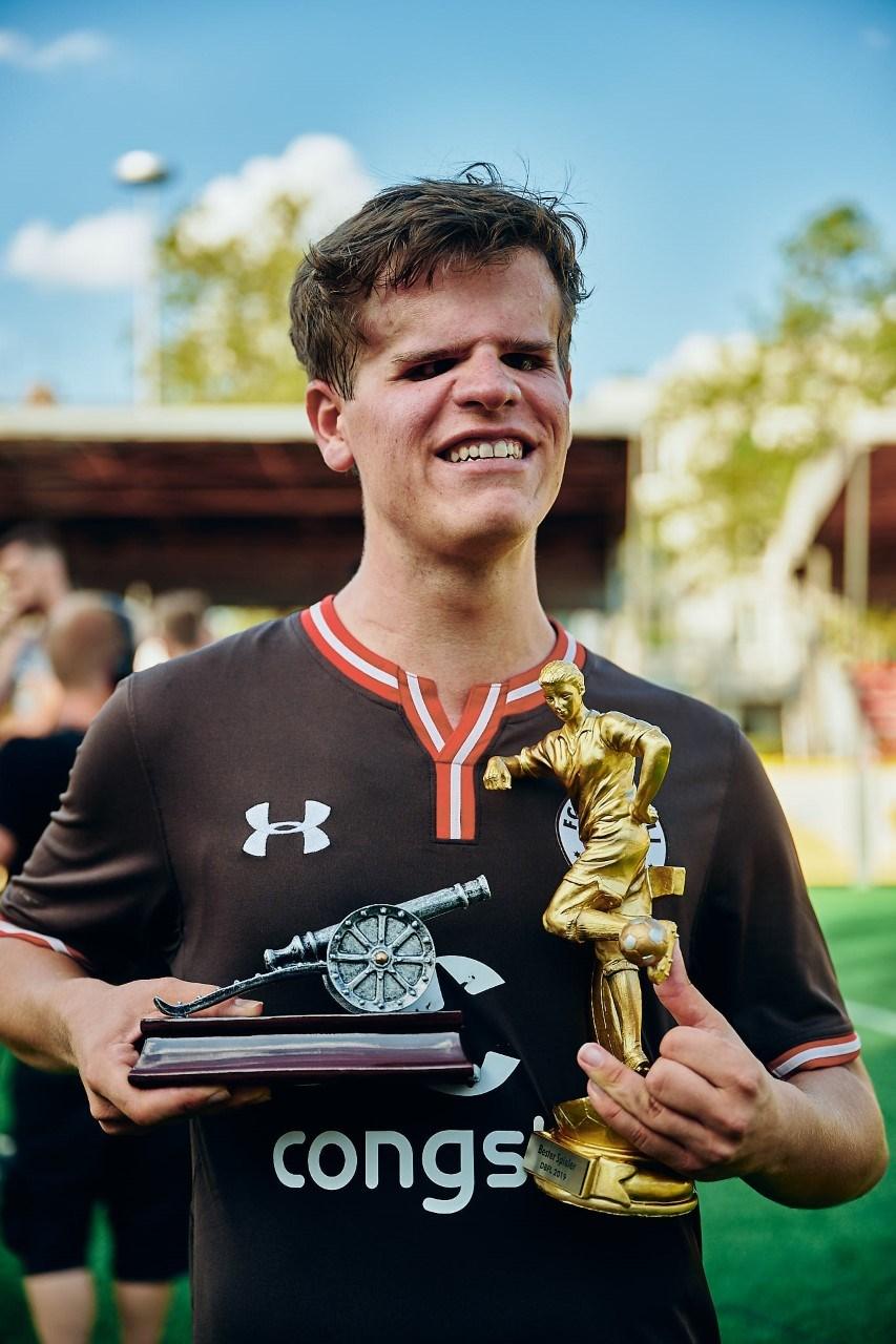 Da kehrte das Lächeln zurück: Jonathan Tönsing schnappte sich die Torjägerkanone und wurde als Bester Spieler der Saison ausgezeichnet.
