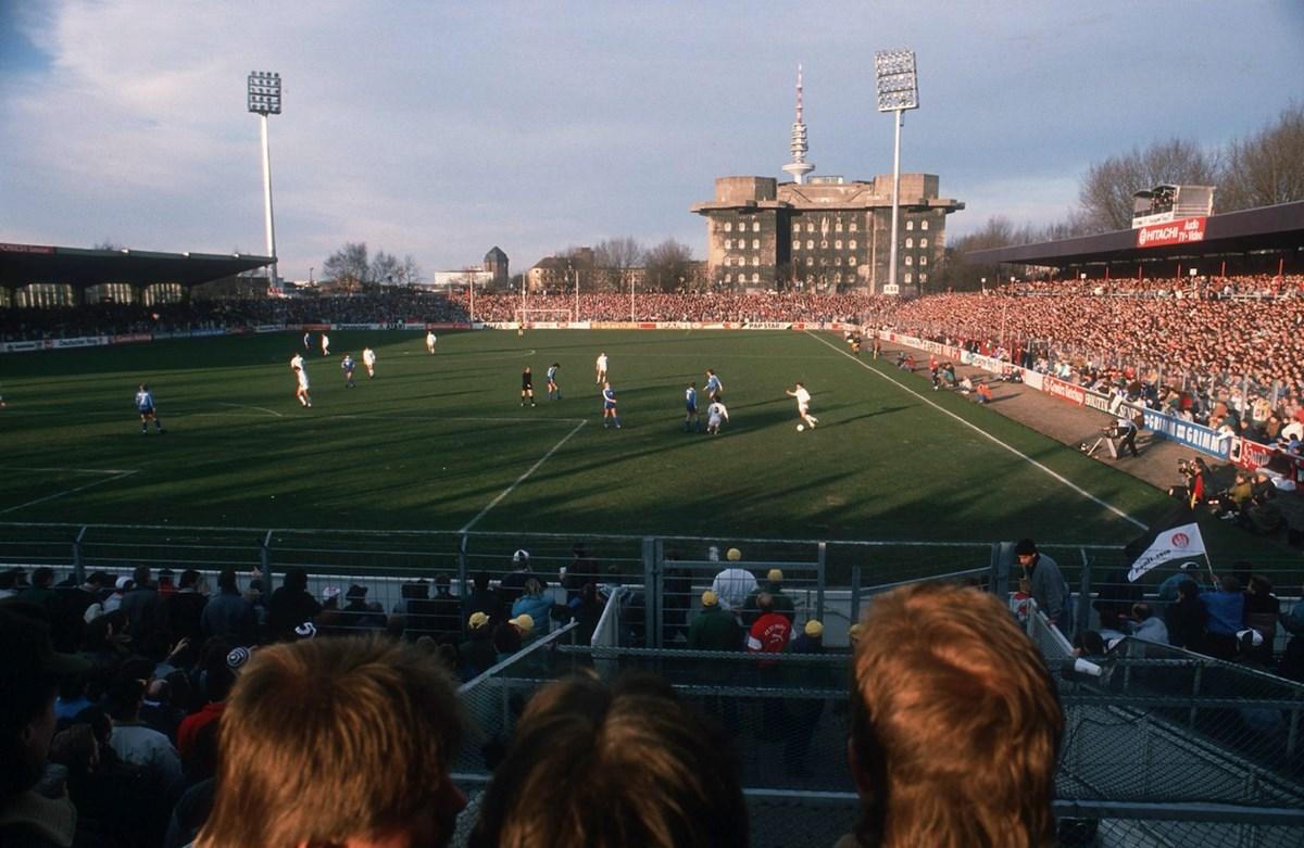1989: Das alte Millerntor-Stadion mit den damals neuen Flutlichtmasten.
