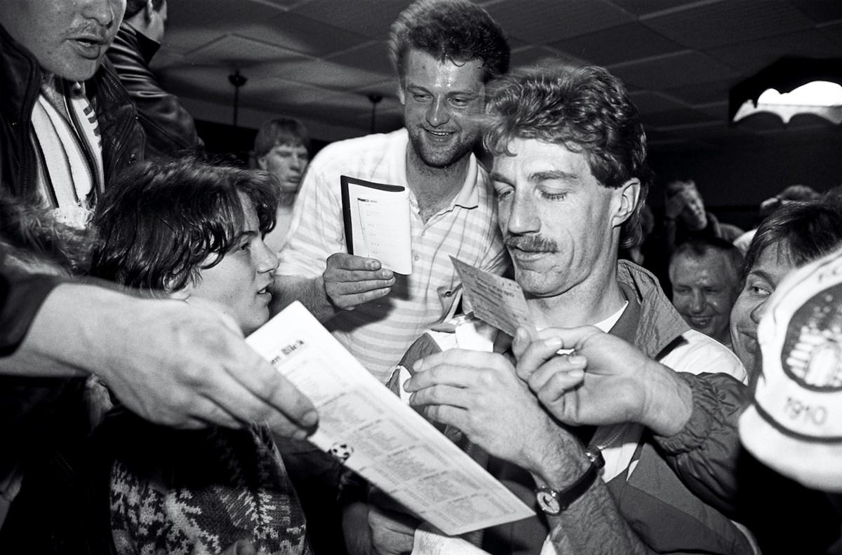 Aufstiegstrainer 1988: Helmut Schulte beim Autogrammeschreiben.