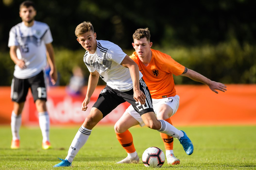 """Finn Ole Becker, hier im Duell mit Thomas Buitink beim Länderspiel gegen die Niederlande Anfang September, hat ein """"Heimspiel"""" gegen Polen."""