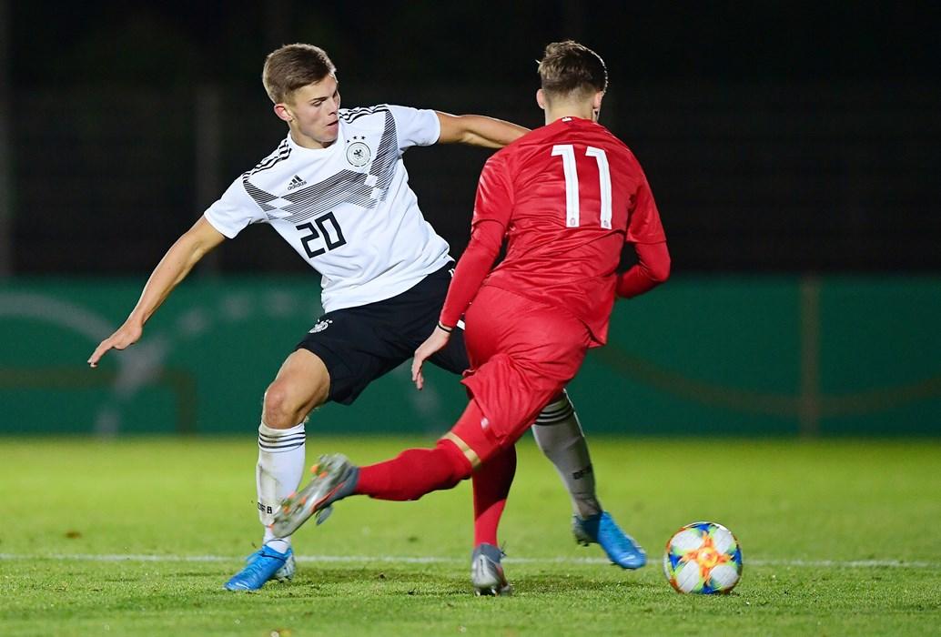 Jakub Bednarczyk (re.) im FCSP-Duell mit Finn Ole Becker.