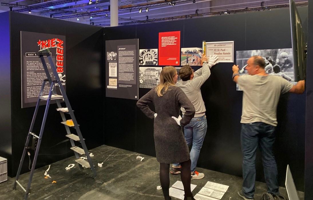 Montagabend in Frankfurt: Gemeinsam mit Sönke Goldbeck (hinter der Kamera) baute das Inclusify-Team um Jürgen Lorenz (rechts) und Nina Hauer (links) den Stand auf.