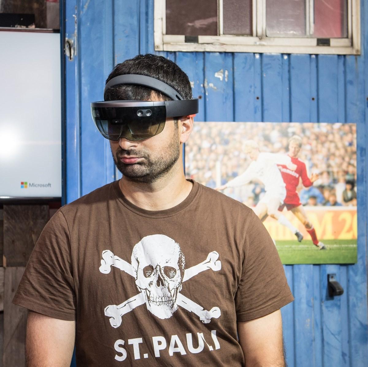 "Blindenfußballer Serdal Celebi beim ""Blindspotter MR""-Test im FC St. Pauli-Museum."