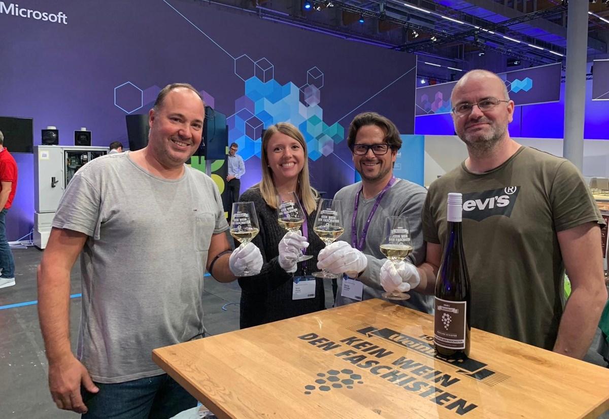 """""""After-Work-Wein"""" nach gelungenem Aufbau am Montag: Das 1910-Weinbar-Motto """"Kein Wein den Faschisten"""" gilt auch auf dem Microsoft Business Summit in Frankfurt!"""