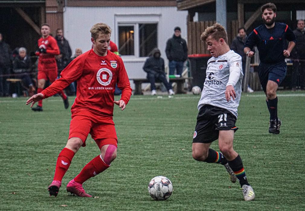 Tom Sanne (r.) ist mit acht Saisontoren der Top-Torjäger der U16. Am Sonntag (15.12.) wollen Sanne & seine Kollegen mit Zählbarem in die Winterpause gehen.