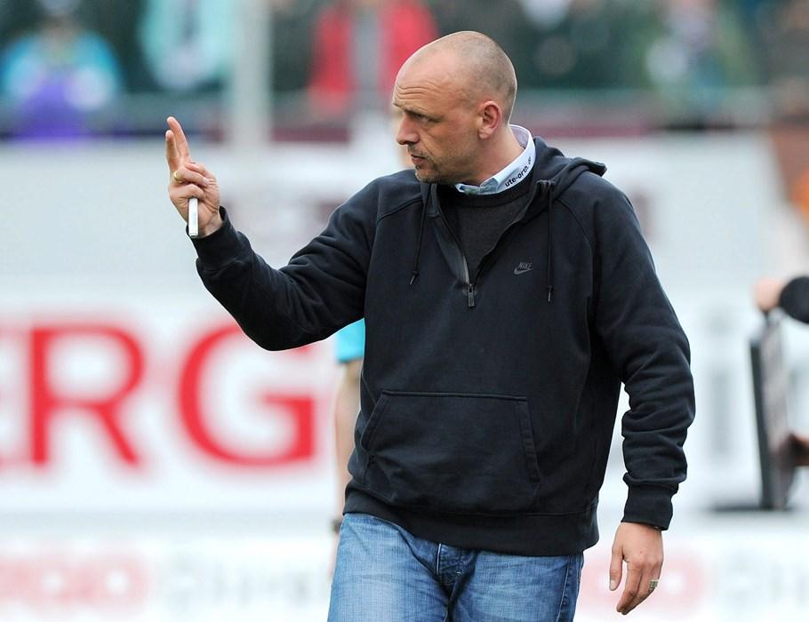 Holger Stanislawski wählte in der Pause ruhige Worte und konnte sich über eine überragende zweite Halbzeit seiner Mannschaft freuen.