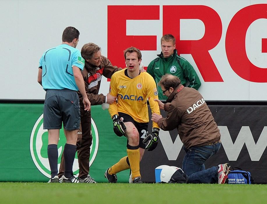 Mathias Hain muss nach einem Zusammenprall mit Fürths Stephan Fürstner verletzungsbedingt ausgewechselt werden.